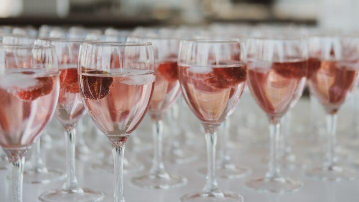 Nyd rosevin hen over sommeren
